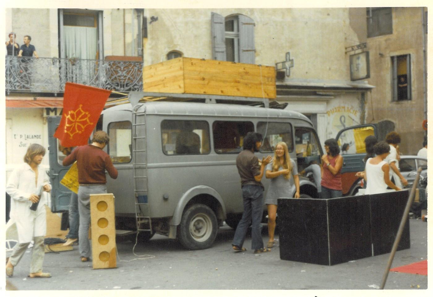 Teatre de la Carrièra. Installation pour une représentation de Mort et Résurrection de M. Occitania. Bédarieux, 1970.