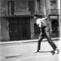 Joueur de tambourin à Pézenas, 1929. Collection Photo-club de Pézenas = Jogaire de tambornet a Pesenàs, 1929. Colleccion Photo-Club de Pesenàs